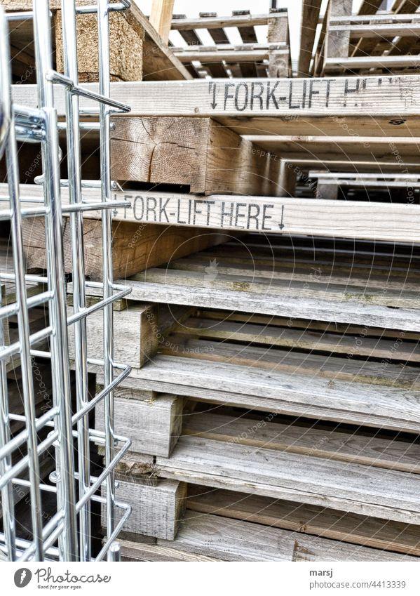 Ordnung im Chaos | Wenigstens kann man bei diesem Pallettenstapel von vorne einfädeln. Ladezone Verpackung Gitterbox Güterverkehr & Logistik Stapel Arbeitsplatz
