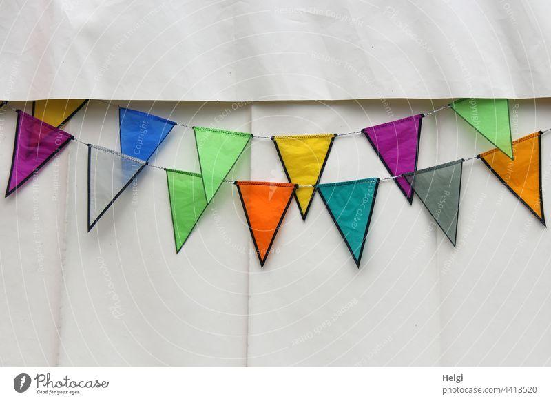 bunt geschmückt - bunte Fähnchen hängen an einer weißen Zeltwand Dekoration Verzierung Kunststoff zackig Dekoration & Verzierung Feste & Feiern Farbfoto