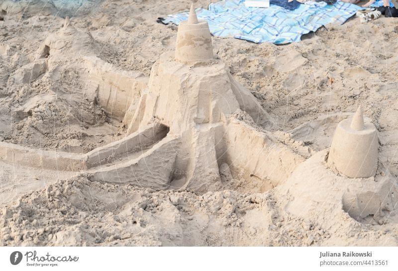 Sandburg am Strand Ferien & Urlaub & Reisen Sommer Meer Spielen Sommerurlaub Außenaufnahme Farbfoto Freizeit & Hobby Kindheit Freude Küste Menschenleer Tag