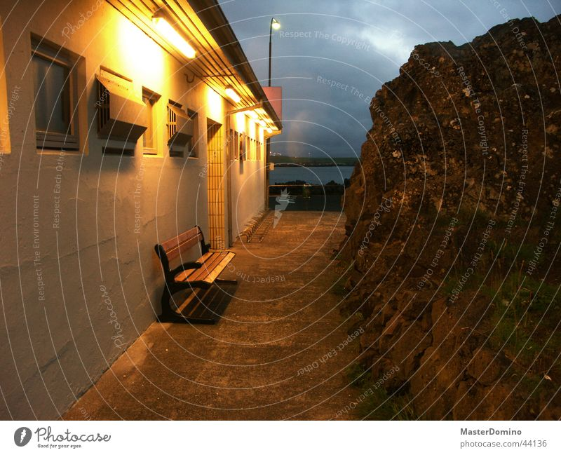 Neu: Lavabrocken vor Schwimmbadausgang. Stein Nacht Dämmerung Lampe Ausgang pflastern Straßenbeleuchtung Freizeit & Hobby Bank Wege & Pfade