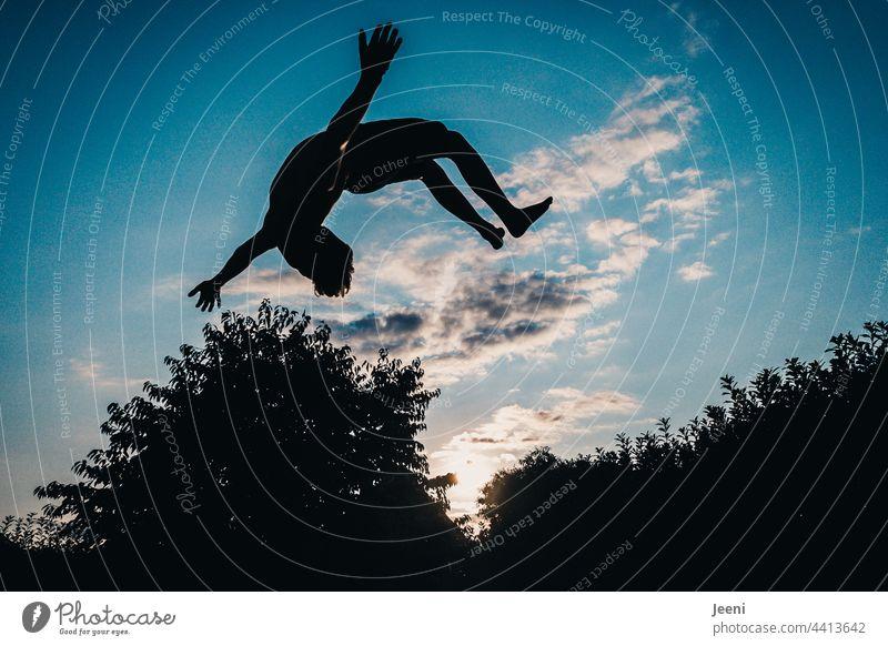 Begeisterung und Körperbeherrschung Bewegung Salto Luft fliegen schweben Himmel springen blau Freude Freiheit Sport Dynamik sportlich Aktion Funsport