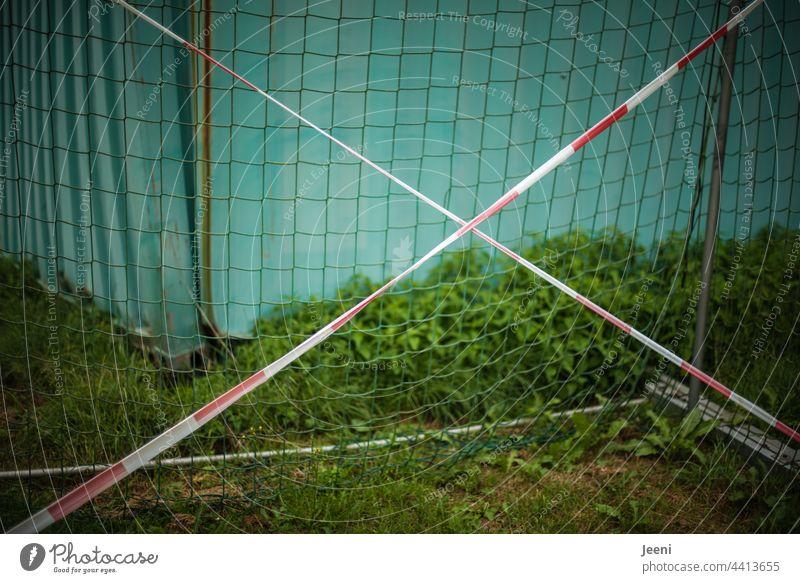 Abgesperrtes Fußballtor - Spielverbot Fußballplatz Fußballtraining Sport Ballsport Sportstätten Freizeit & Hobby grün Tor Spielen Sport-Training Farbfoto