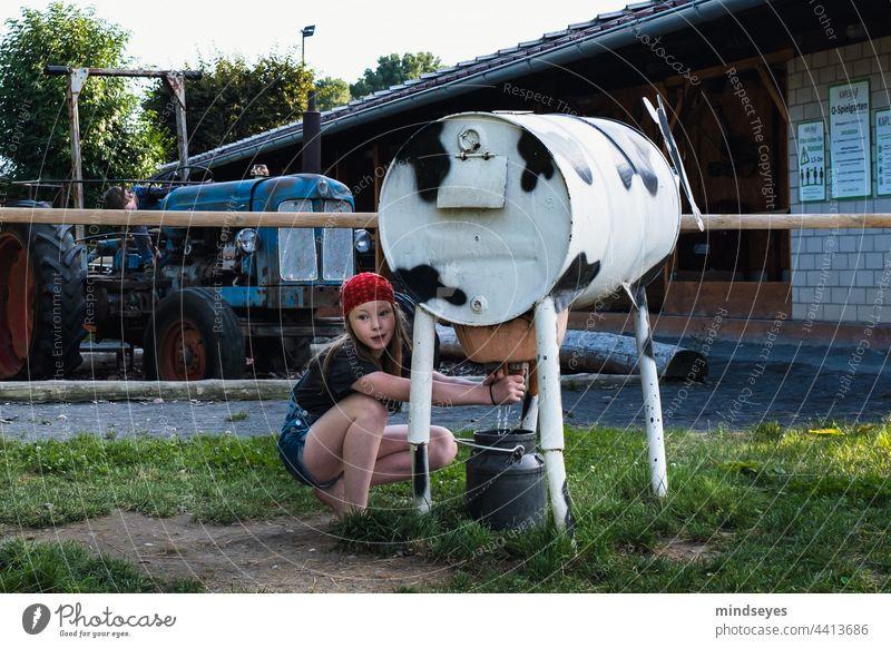 Melken lernen Bauernhof Kühe Kinderspiel melken Kuh Landwirtschaft Viehbestand ländlich Kindheit Ausflug Ausflugsziel ferien auf dem bauernhof Natur