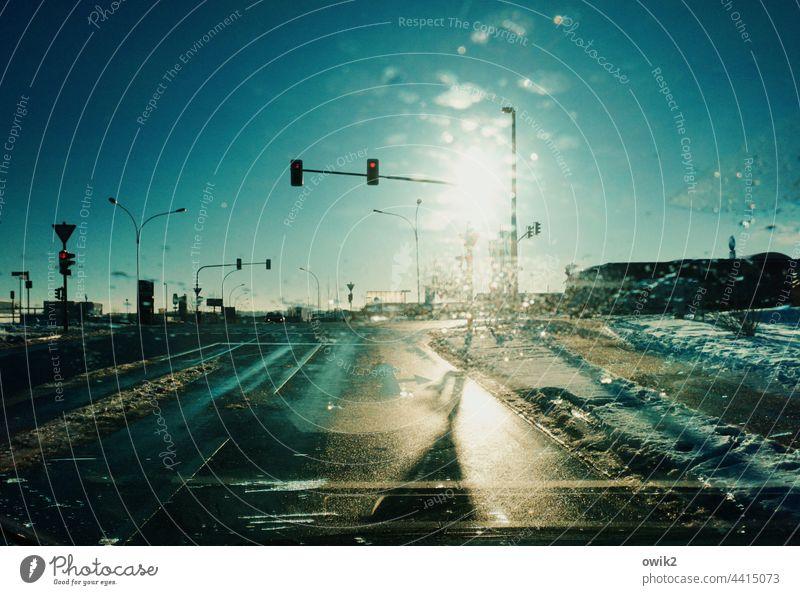 Verkehrskontrolle Straße Ampel PKW Asphalt nass Straßenbeleuchtung Laternenpfahl Lichtmasten Fahrzeug fahren Geschwindigkeit Kontrast Güterverkehr & Logistik