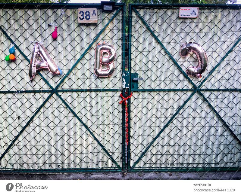 A, B und C abc abc-schütze alfabet buchstabe deko dekoration erholung ferien ferienende garten kleingarten kleingartenkolonie menschenleer natur pflanze ruhe