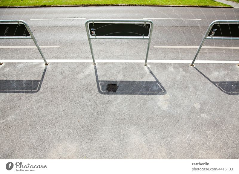 Abgesperrte Parkbucht abbiegen asphalt autobahn ecke fahrbahnmarkierung fahrrad fahrradweg hinweis kante kurve linie links navi navigation orientierung pfeil