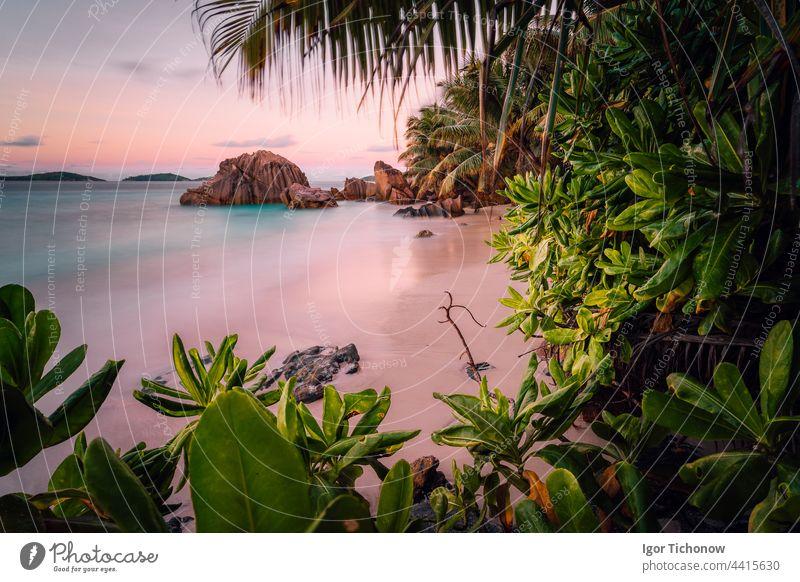 Paradiesischer exotischer Strand auf der Insel La Digue, Seychellen. Langzeitbelichtung bei herrlichem Sonnenuntergang lang Licht digue anse schön Natur Meer