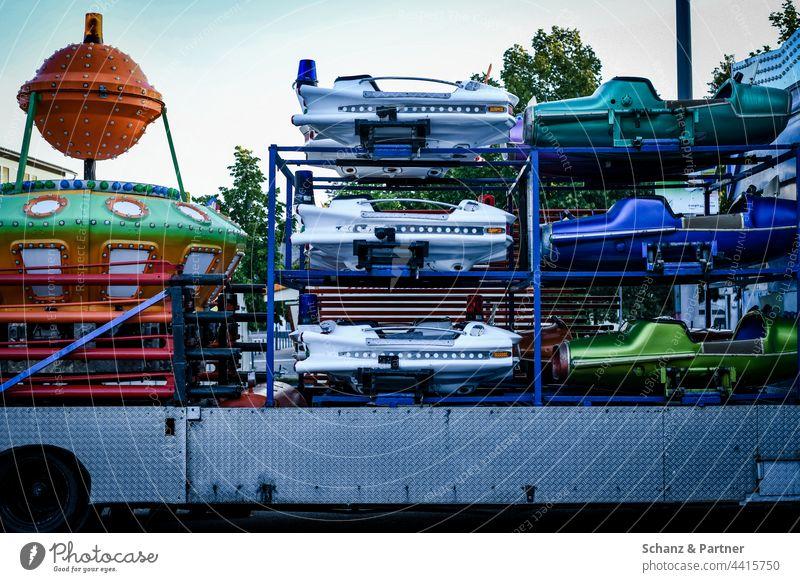 Kirmes Karussell auf Anhänger Schausteller Kinderkarussell Raumschiff Raumschiffe Flugzeuge ausbauen Fahrgeschäft Trailer Kirmesbude unterwegs aufgeladen Aufbau