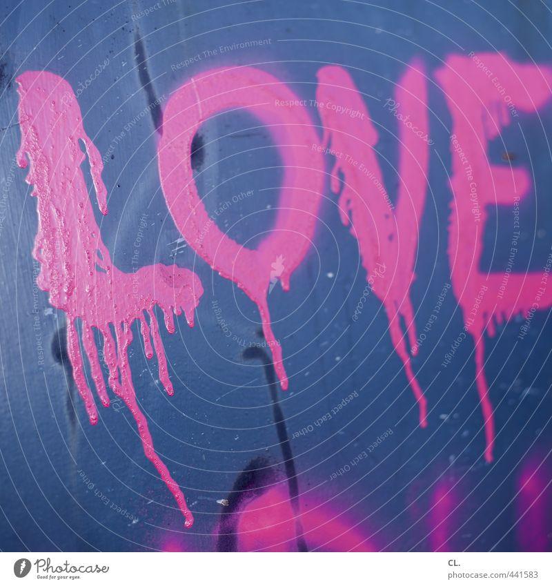 L.O.V.E. Mauer Wand trendy Stadt blau rosa Coolness Liebe authentisch Leben Farbe einzigartig Kreativität Verfall Straßenkunst Graffiti Tropfen Farbfoto