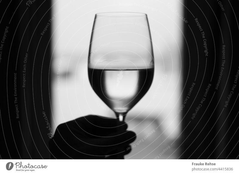 Santé!!! Halb gefülltes Weinglas vor einem Fenster zum Wohl Zum Wohle Prosit Prost Weißwein Vorhänge Glas trinken Alkohol Lifestyle genießen Getränk Kontrast
