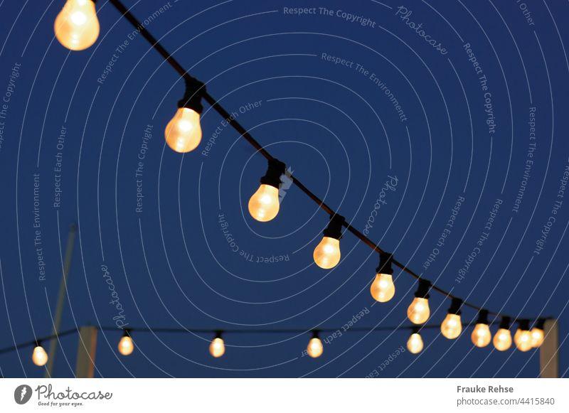 Glühbirnen am Nachthimmel Fest Beleuchtung leuchten Birne hell erleuchtet Party feiern beleuchten Lichterkette Feste & Feiern Dekoration & Verzierung