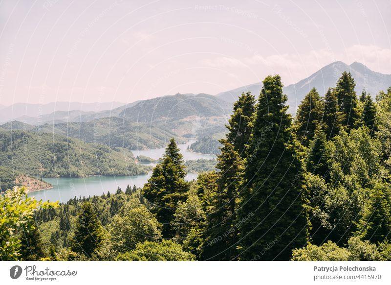Grüne Sommerberglandschaft und Plastiras-See in Griechenland plastiras Landschaft Berge Natur grün Bäume
