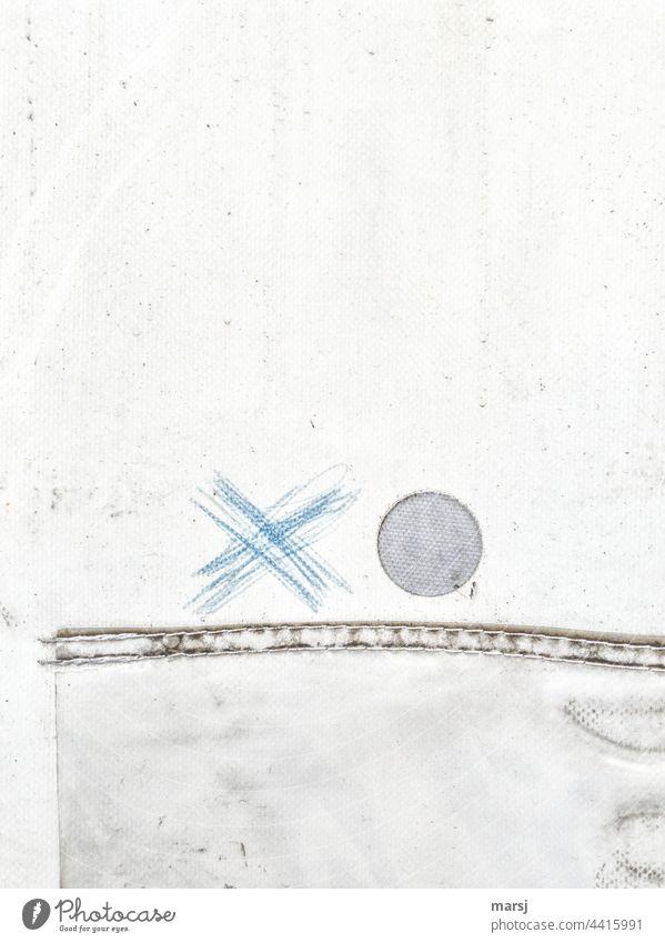 Blaues Kreuz neben Kreis. Beides auf Abdeckplane. blau rund abstrakt Plane Kunststoff Textil Wetterschutz Schutz Abdeckung sicherheit abdeckung verstärkt
