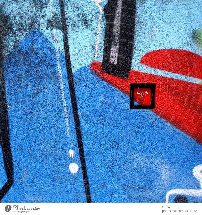 versteckt / entdeckt grafitti mauer zeichnung urban stein oberfläche gemalt beton schloss gesicht gelangweilt augen kaschiert türöffner integration