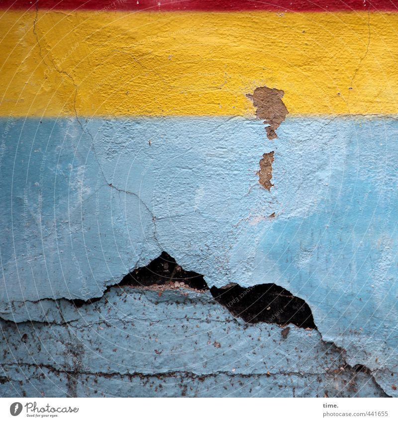 Untermieter | Rückzugsgebiet Mauer Wand Putz Putzfassade dreckig kaputt trashig Stadt blau gelb anstrengen Endzeitstimmung Langeweile nackt Rätsel Verfall