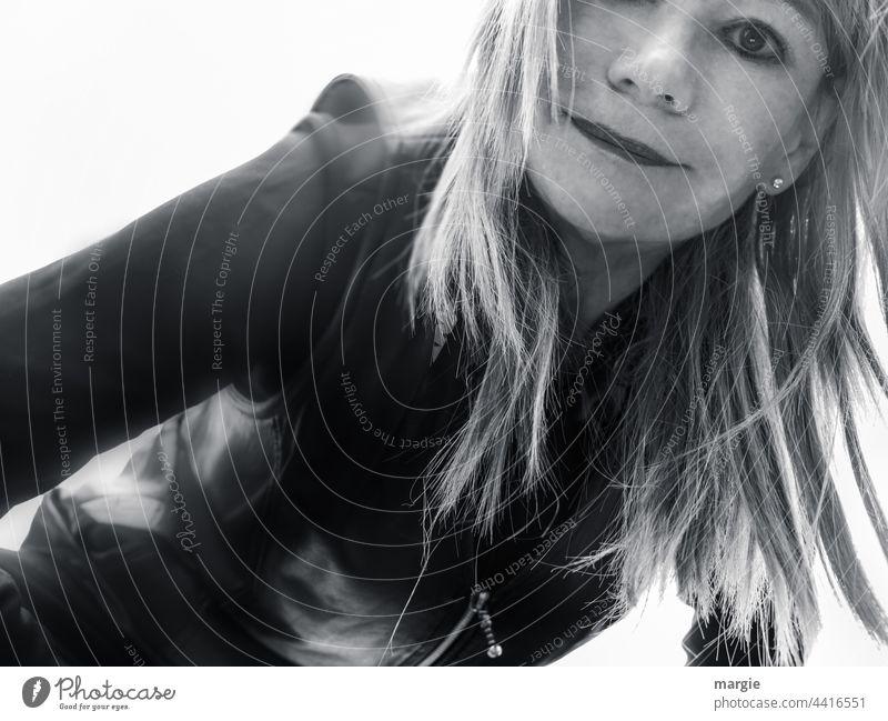 einäugige Frau Frauengesicht Mensch Kopf Erwachsene Blick attraktiv langes Haar Lifestyle verführerisch hübsch feminin sexy Frisur Junge Frau Haare & Frisuren