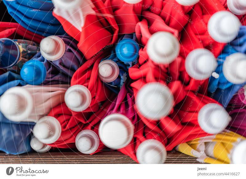 Ordnung im Chaos | viele zusammengesteckte Sonnenschirme aufbewahren Aufbewahrung Aufbewahrungsort Sonnenschirmständer bunt Vielfältig farbenfroh Farbenspiel