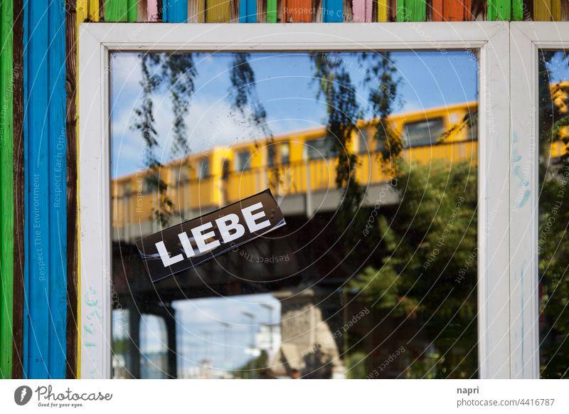 BerlinLIEBE | Fensterscheibe mit großem Aufkleber LIEBE und der Spiegelung einer vorbeifahrenden U-Bahn Kreuzberg Liebe bunt Sommer farbenfroh Stadtleben