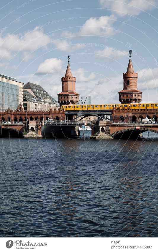 Ein ganz gewöhnlicher Dienstagnachmittag auf der Oberbaumbrücke Berlin Kreuzberg Friedrichshain Verkehr Stadtleben Alltag urban typisch berlin Spree Fluss