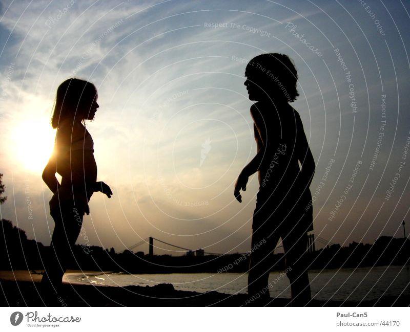 Lichtspiel mit Kindern Himmel Wasser Mädchen Freude sprechen Spielen Junge Fluss