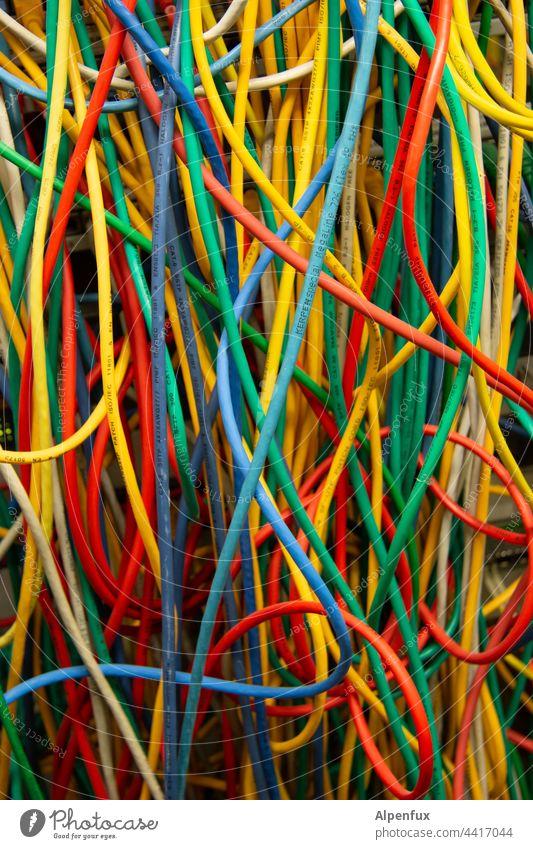 Ordnung im Chaos | keine Chance Kabelsalat Technik & Technologie Farbfoto EDV durcheinander Menschenleer Elektrizität Energiewirtschaft chaotisch Leitung