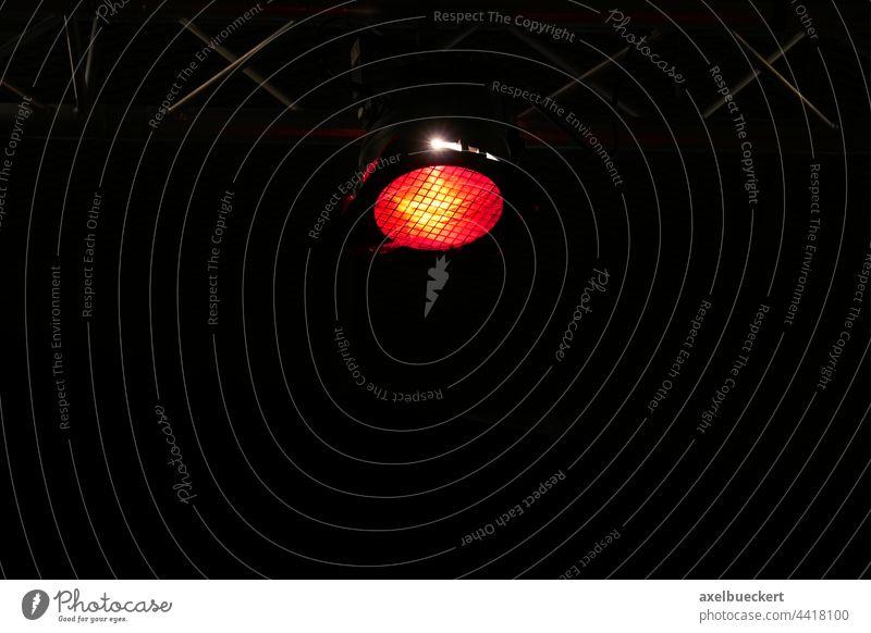 schwarzer Hintergrund mit Bühnenbeleuchtung Scheinwerfer Beleuchtung Licht rot schwarzer hintergrund dunkler Hintergrund Textfreiraum Show Veranstaltung Konzert