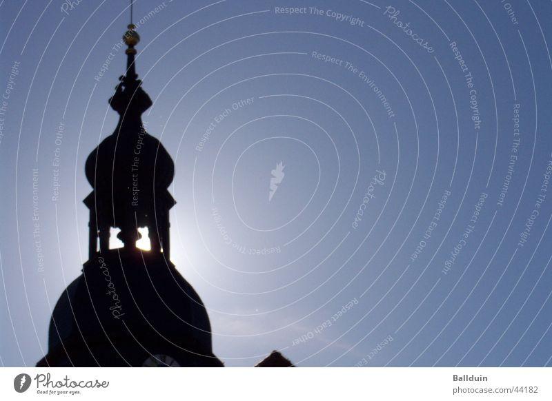Kirchturm am Morgenhimmel Gegenlicht Sonne dunkel Architektur Himmel blau Schatten Glockenturm Turm
