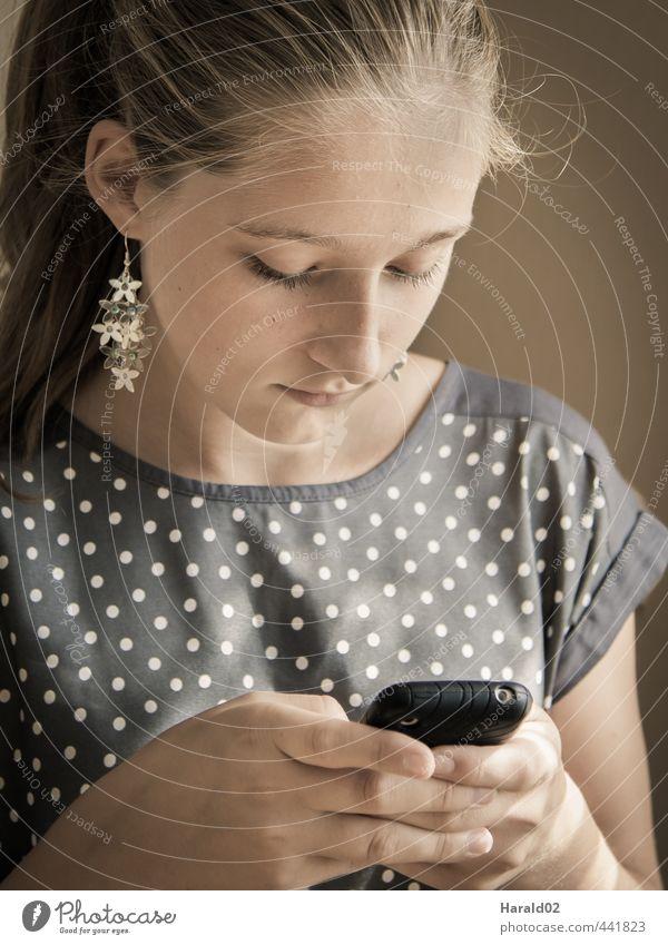 Mobiler Alltag Mensch Kind Jugendliche Hand Erholung ruhig Mädchen Junge Frau Gesicht Gefühle feminin Haare & Frisuren grau braun Freizeit & Hobby Lifestyle