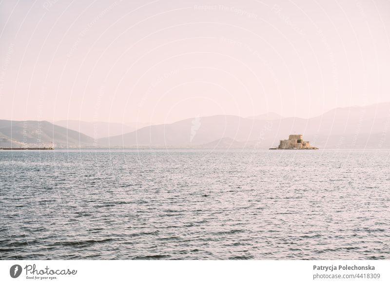 Burg Bourtzi im Meer bei Nafplio in Griechenland Insel naufplion Seeküste Sonnenuntergang Meereslandschaft mediterran