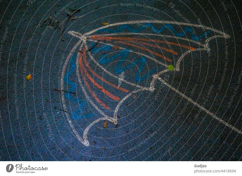 Zeichnung eines Regenschirmes auf nasser Straße Kinderzeichnung Kindheit Kunst mehrfarbig Kreidezeichnung malen Kinderspiel Spielen Freizeit & Hobby