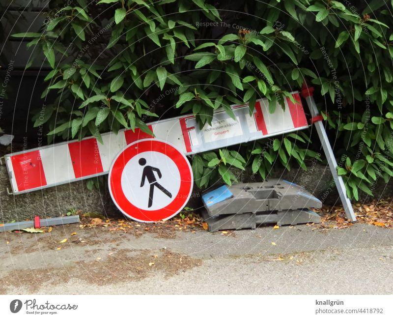 Nach dem Hochwasser Verkehrszeichen Schilder & Markierungen Hinweisschild Warnschild Außenaufnahme Farbfoto Verkehrswege Verkehrsschild Sicherheit Tag