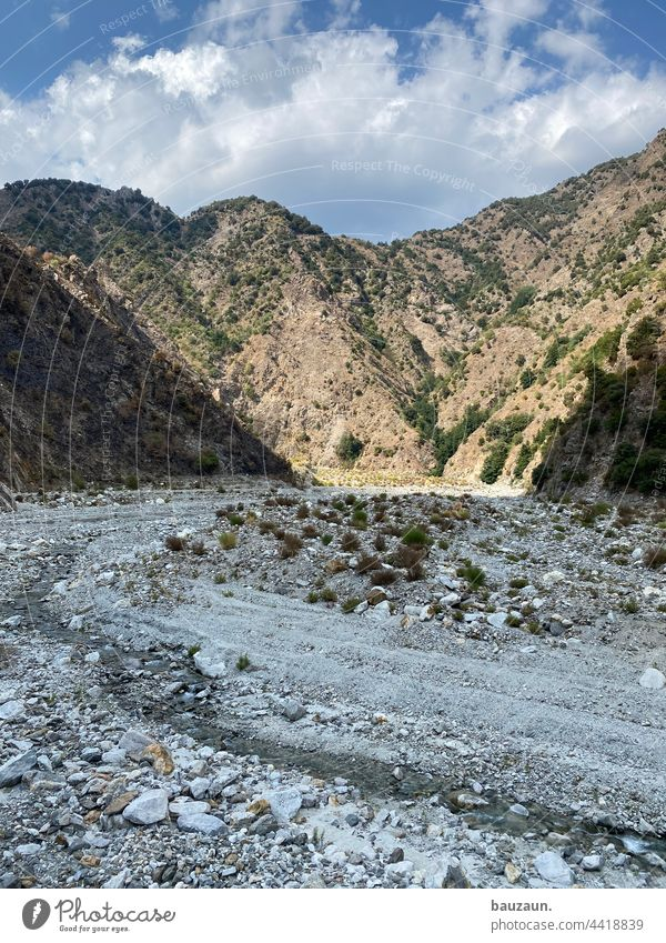 wadi. Wadi Fluss Flußbett Berge u. Gebirge Steine Landschaft Natur Außenaufnahme Menschenleer Farbfoto Tag Felsen Wasser Schlucht Umwelt Bach natürlich