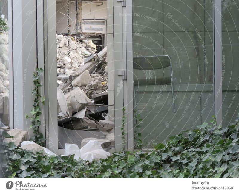 Unbewohnbar Haus Einsturzgefahr kaputt Ruine Mauer Wand Gebäude Verfall Vergänglichkeit Zerstörung alt Fenster Tag Fassade Architektur Außenaufnahme