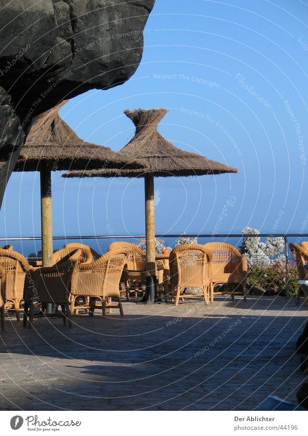 Kanarische Poolbar Sonne Meer Stein sitzen Europa Schwimmbad Bar Hotel Sonnenschirm Fuerteventura Ambar Esquinzo Riet