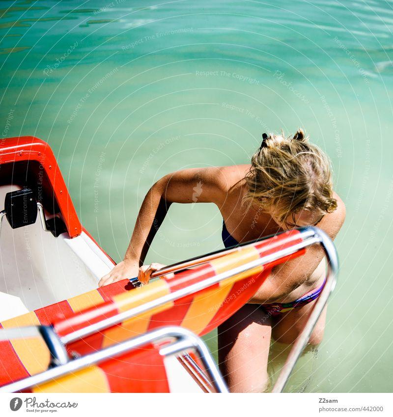auf die 70er Lifestyle Erholung ruhig Ferien & Urlaub & Reisen Ausflug Sommer feminin Junge Frau Jugendliche 18-30 Jahre Erwachsene Natur Wasser See Tretboot
