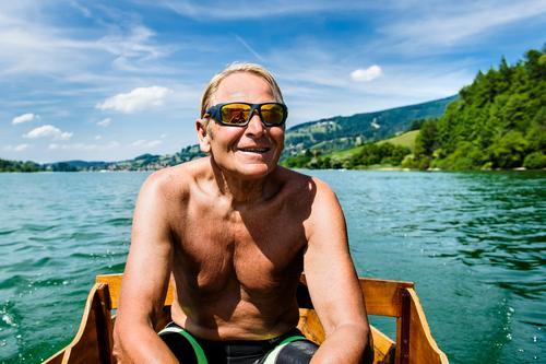 Rentner beim Rudern auf dem Schliersee Lifestyle Ferien & Urlaub & Reisen Ausflug Sommerurlaub Fahrradfahren maskulin Männlicher Senior Mann 1 Mensch