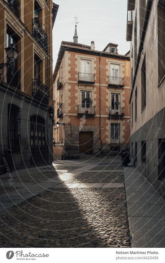 Alte europäische Fassade mit Licht und Schatten reisen altehrwürdig historisch Stadt nostalgisch retro Stadtlandschaft Touristik urban Gasse Europäer