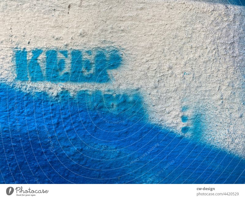 KEEP … - gezeichnet & gemalt Graffiti Wand Außenaufnahme Kunst Straßenkunst Schriftzeichen Wandmalereien Schmiererei Jugendkultur Gebote Vorschrift Kreativität