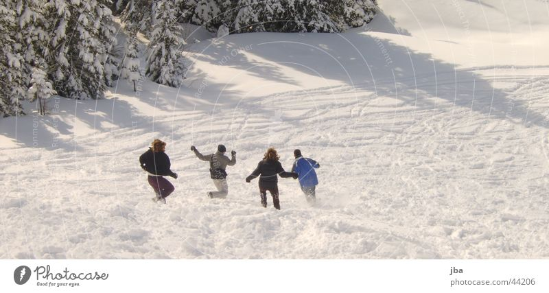 Snowrunners Freude Winter Schnee Menschengruppe nass rennen Geschwindigkeit Skipiste Berner Oberland Gstaad