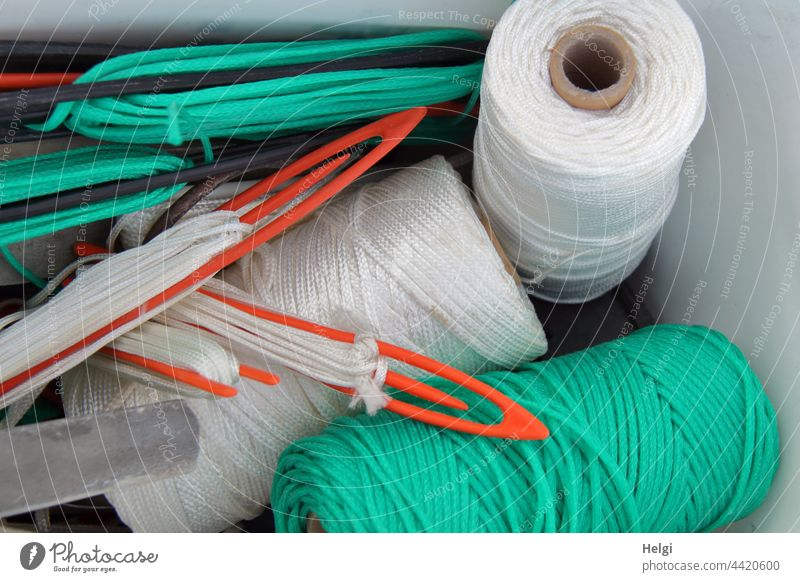 Garnrollen und Angelnetz-Nadeln zur Reparatur von Fischernetzen Fischerei Netzgarn Rolle Reparaturset Spule Handwerk Handarbeit Nahaufnahme Garnspulen Schnur