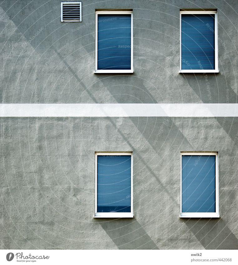 Fade Fassade blau Stadt weiß Haus Fenster Wand Mauer grau Linie Wohnung Zufriedenheit Häusliches Leben Ordnung trist geschlossen