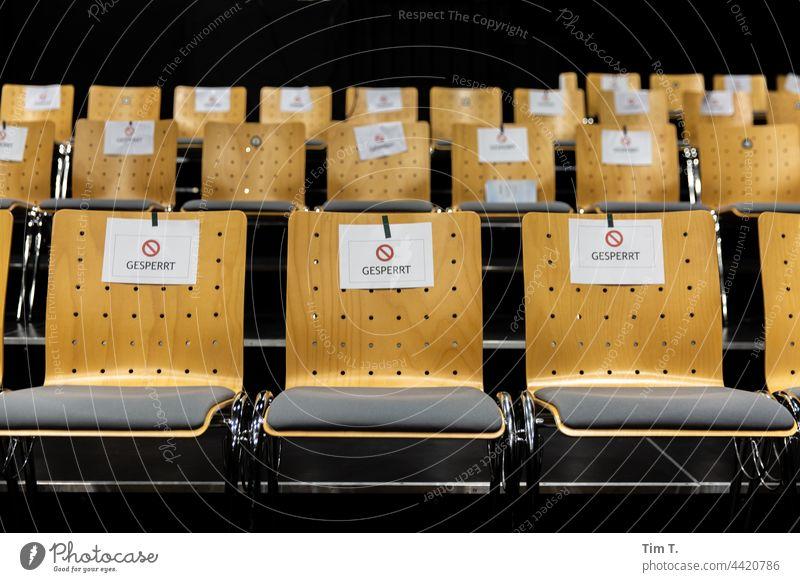 Corona im Theater ... gesperrte Sitzplätze Stuhl Hochschule Menschenleer Sitzgelegenheit Sitzreihe Möbel Reihe Farbfoto Stühle frei Stuhlreihe Platz Bestuhlung
