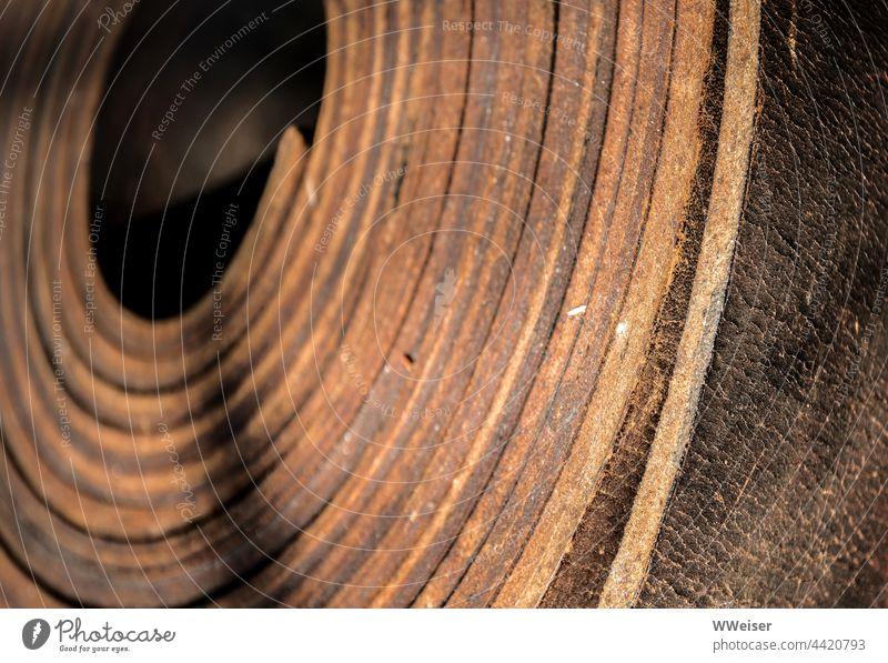 Ein breiter Lederriemen, eingerollt, zur Verwendung in der Industrie Riemen Rolle stark kräftig reißfest haltbar historisch industriell Werk Fabrik Wasserwerk