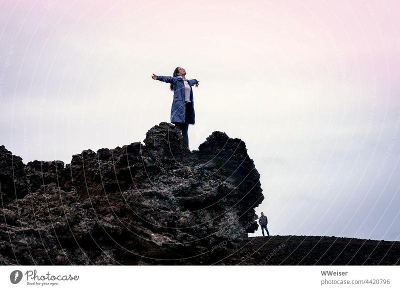 Wenn Frauen ihre romantischen fünf Minuten haben, stehen Männer oft daneben und warten, bis es vorbei ist Berg Gipfel Vulkan oben hoch fliegen Geste Romantik