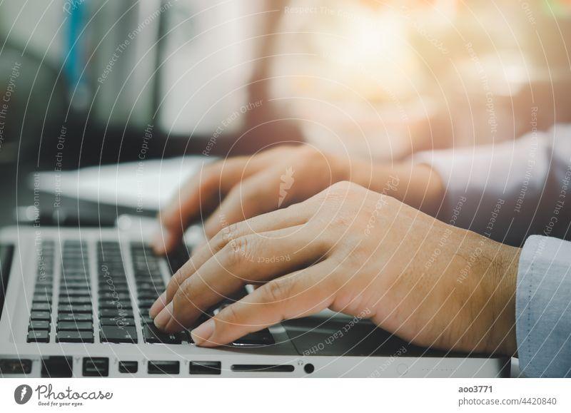 Mann Hand mit Computer Laptop auf Tisch zu Hause Technik & Technologie Büro Tippen Mitteilung Menschen Business online Browsen Netzwerk Notebook Job Keyboard