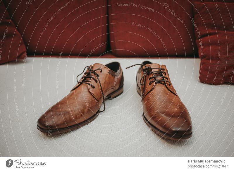 braune lederne Hochzeitsschuhe auf dem Sofa Accessoire Hintergrund Stiefel braune Schuhe Business kaufen Teppich lässig klassisch Kleidung Bekleidung Sammlung