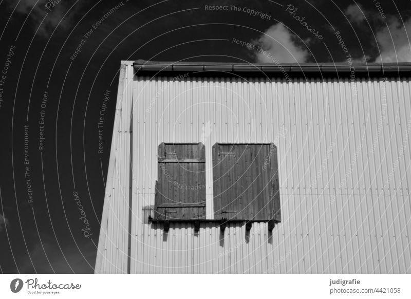 Hafengebäude in der Sonne Himmel Wolken Linien Luke Fenster Tür Wellblech Fassade Licht Schatten Gebäude Architektur Wand Strukturen & Formen Ecke
