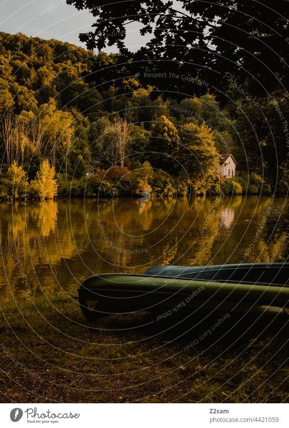 Canadier bzw Boote am Flußufer reise canadier kanadier boote natur grün sonne sommer sonnenlicht wiese lagerung trocknen sport freizeit wassersport landschaft