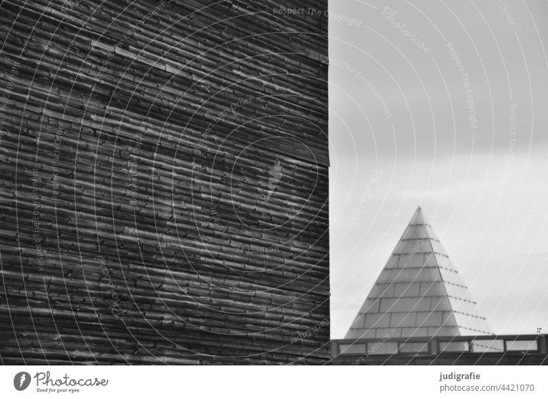 Strukturierte Fassade neben Glaspyramide Architektur Pyramide modern Spitze Dreieck Fläche Gebäude Bauwerk Linien geometrisch Design Strukturen & Formen