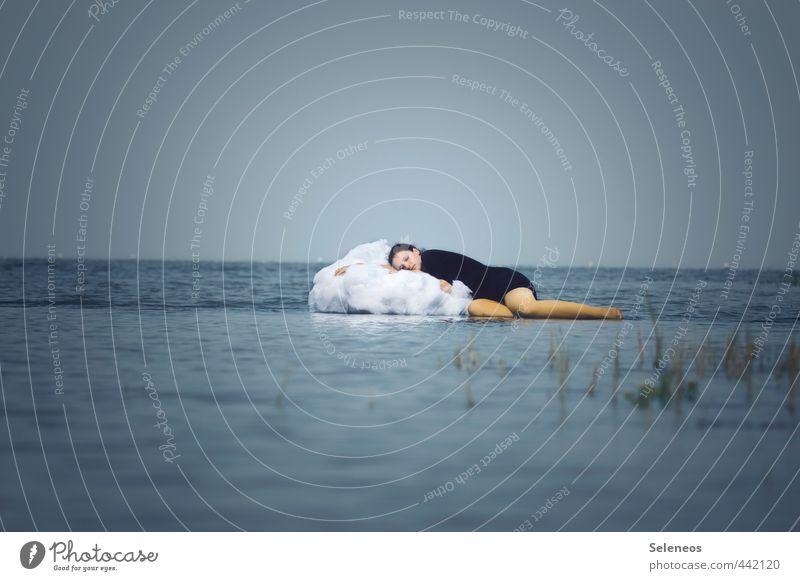 träumen Mensch Frau Himmel Wasser Sommer Erholung Wolken Erwachsene feminin Gras Küste Freiheit Schwimmen & Baden natürlich nass